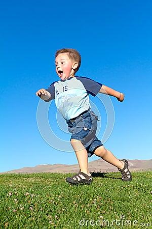 Niño pequeño en movimiento