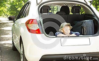 Niño pequeño que espera con su equipaje
