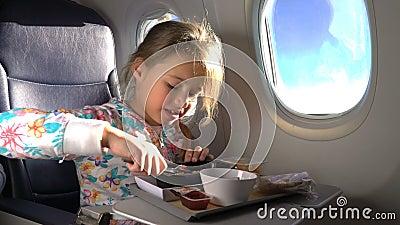 Niño que come el almuerzo sano en aeroplano almacen de metraje de vídeo