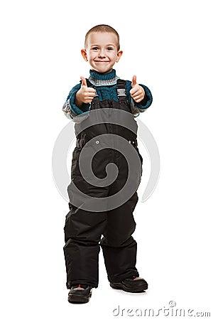 Niño que gesticula el pulgar para arriba