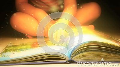 Niño que lee un libro El libro de cuentos de hadas y de misterios Libro mágico almacen de metraje de vídeo