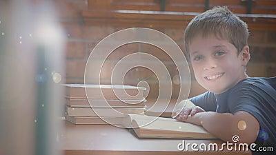 Niño que trabaja en la sala de clase rodeada por la animación del efecto del bokeh metrajes