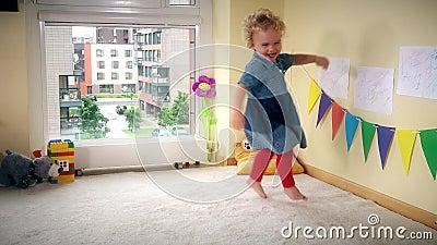 Niño travieso en casa Salto y danza activos del funcionamiento de la muchacha con energía almacen de metraje de vídeo