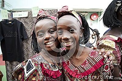 Niños africanos que sonríen feliz Foto de archivo editorial