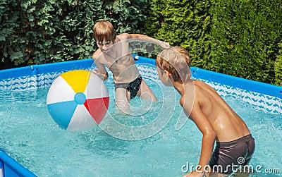 Niños de la felicidad en la piscina