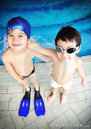 Niños en la piscina, felicidad