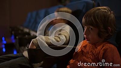 Niños que disfrutan de película en el cine almacen de video