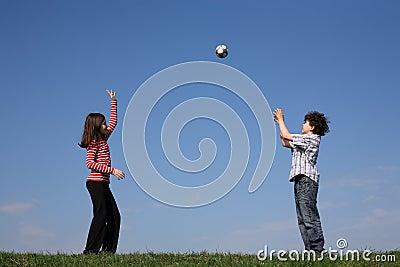 Niños que juegan la bola