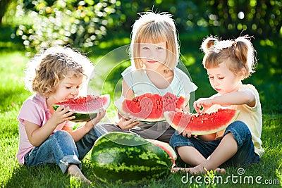 Niños que tienen comida campestre
