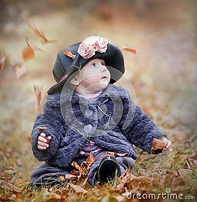Niña en parque del otoño