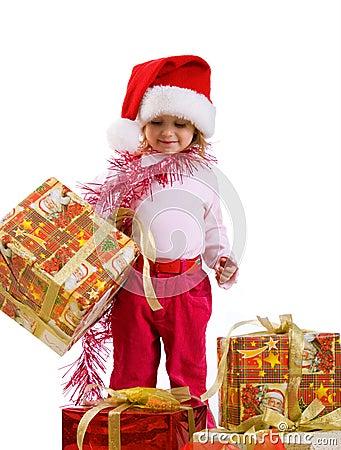 Niña linda con un regalo de Navidad