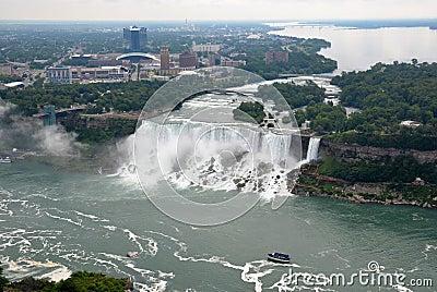 Niagara Falls och hembiträde av misten Redaktionell Arkivfoto