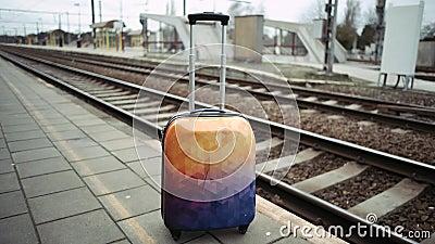 Nicht beansprucht Gepäck an der Bahnstation 4K Belgien-Zug stock video