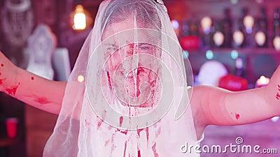 Nieżywy panna młoda kostium plamiący przed Halloween przyjęciem zdjęcie wideo