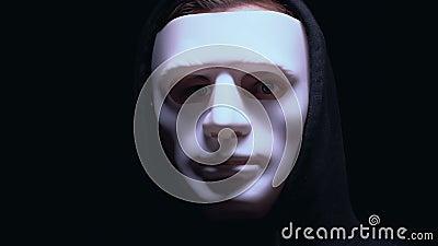 Niebezpieczna męska przestępca w maskowej patrzeje kamerze, przygotowywa dla napadu na bank zdjęcie wideo
