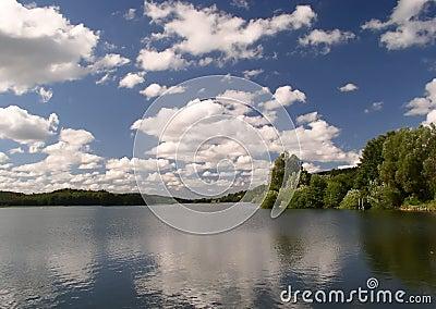 Niebo nad jeziorem
