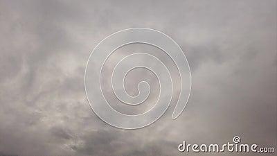 Niebo zakrywający z zwartym zmrokiem - szary nimbostratus który wiruje w powietrzu jak dym zdjęcie wideo