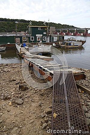 Niedriges Wasser auf dem Fluss Mississipi Redaktionelles Bild