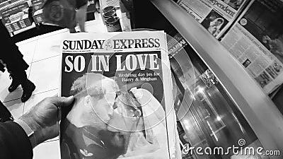 Niedziela frontowej pokrywy Ekspresowa gazeta w Brytyjskiego kioska królewskim ślubie