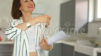 Nieruchomość maklera kobieta oddaje klucze nowy mieszkanie klient Kupienie nieruchomość na kredycie, wynajem zbiory