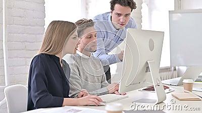Niespokojna dyskusja z zespołem i korzystanie z komputera stacjonarnego zbiory