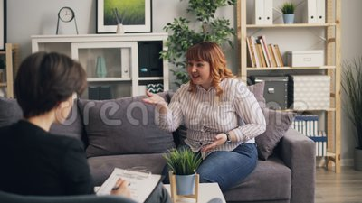 Nieszczęśliwa z nadwagą dama otwiera do psychologa w nowożytnym biurze zdjęcie wideo