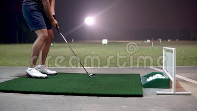 Niet-geïdentificeerde jongeman zwaaide op een golfclub in Puncak Alam Driving Range stock footage