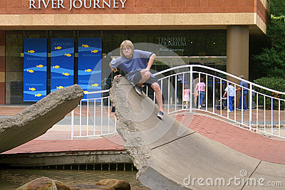 Nieuwsgierige Jonge Jongen bij het Aquarium van Tennessee Redactionele Stock Foto
