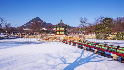Nieve del invierno del lapso de tiempo del palacio de Gyeongbok en Seul, Corea del Sur zoom metrajes