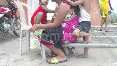 Niezamożny macierzysty być włosy przygotowywającym jej dziećmi, błaga przy kościelnym wrotnym drzwi zbiory wideo