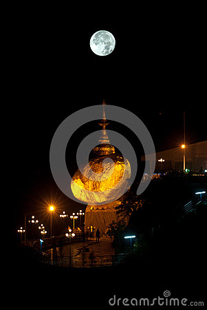 Night scene Kyaikhtiyo Pagoda in full Moon night. Stock Photo