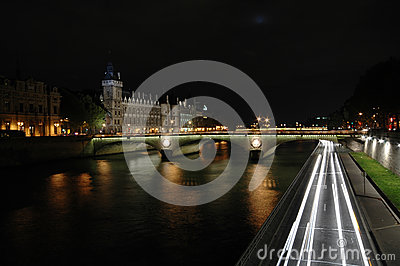Night shot of The Pont au Change, Paris
