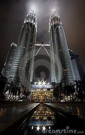 Free Night View Of The Petronas Twin Towers In Malaysia Royalty Free Stock Images - 17663149