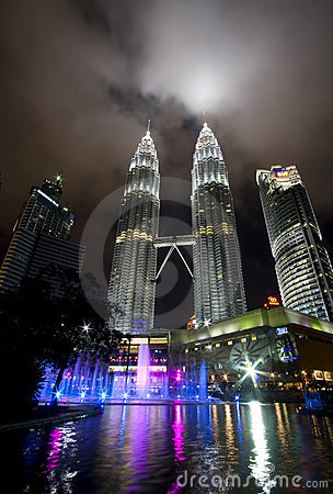 Free Night View Of The Petronas Twin Towers In Malaysia Royalty Free Stock Images - 17663199