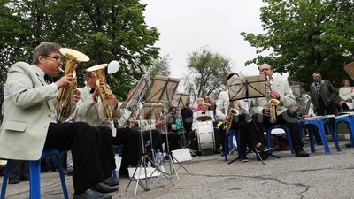 NIKOPOL, UKRAINE - MAI 2019 : L'orchestre joue des chansons militaires pour les personnes âgées sur la rue 9 mai vacances, le jou banque de vidéos