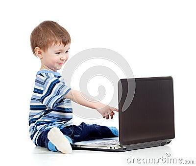 Niño divertido que toca a la computadora portátil