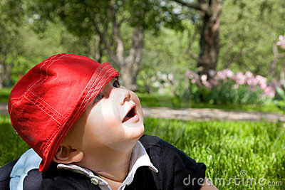 Niño en hierba