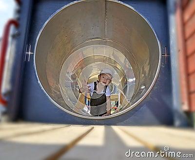 Niño en un tubo