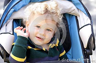 Niño feliz en cochecito