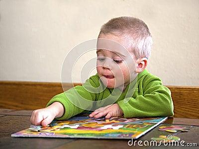Niño que trabaja en un rompecabezas.