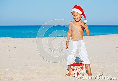 Niño pequeño en el sombrero de santa