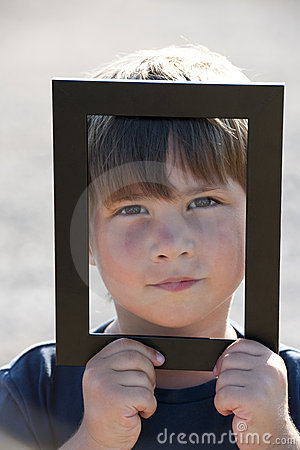 Niño pequeño en un marco