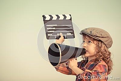 Niño que grita a través del megáfono