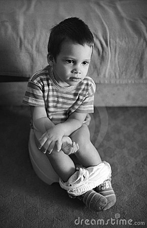 Niño que usa el tocador