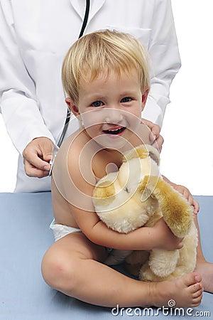 Niño y pediatra felices