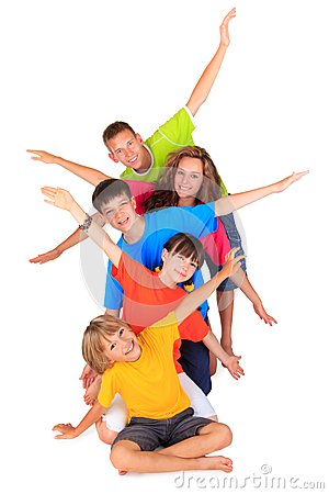 Niños con los brazos Outstretched