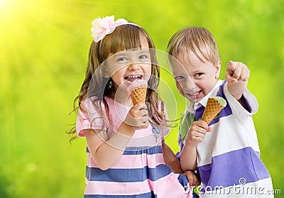 Niños felices con el cono de helado en día de verano