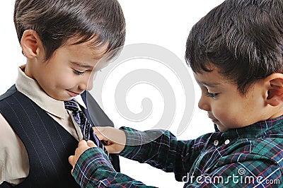 Niños felices con ropa de moda