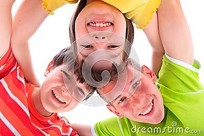 Niños felices en círculo