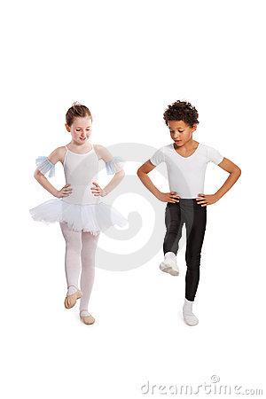 Niños interraciales que bailan junto